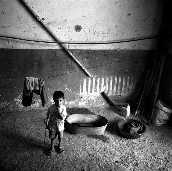 Fotoğraf: Rena Effendi. Yatakhane binasının girişinde Çeçen sığınmacı çocuk. Pankisi Gorge, Gürcistan, 2006