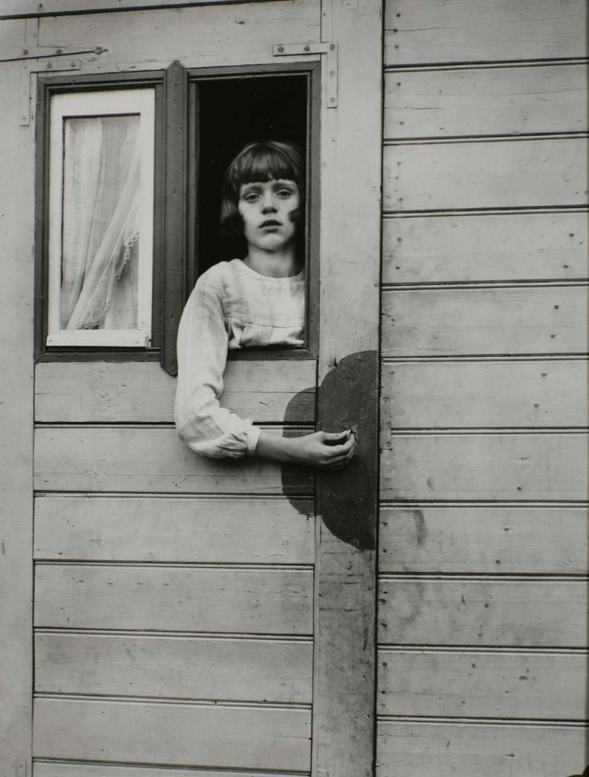 Sirk karavanında bir kız, fotoğraf August Sander